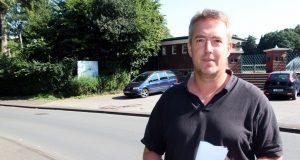 TBS-Ingenieur Tycho Kopperschmidt am Walder Stadion. Hier kam es in der Vergangenheit nach einem Starkregenereignis zu Überschwemmungen. (Foto: B. Glumm)
