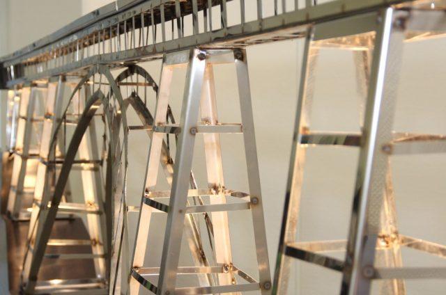 Solinger Schülerinnen und Schüler haben ein Modell der Müngstener Brücke im Maßstab 1:100 nachgebaut, das jetzt im Rathaus bewundert werden kann. (Foto: B. Glumm)