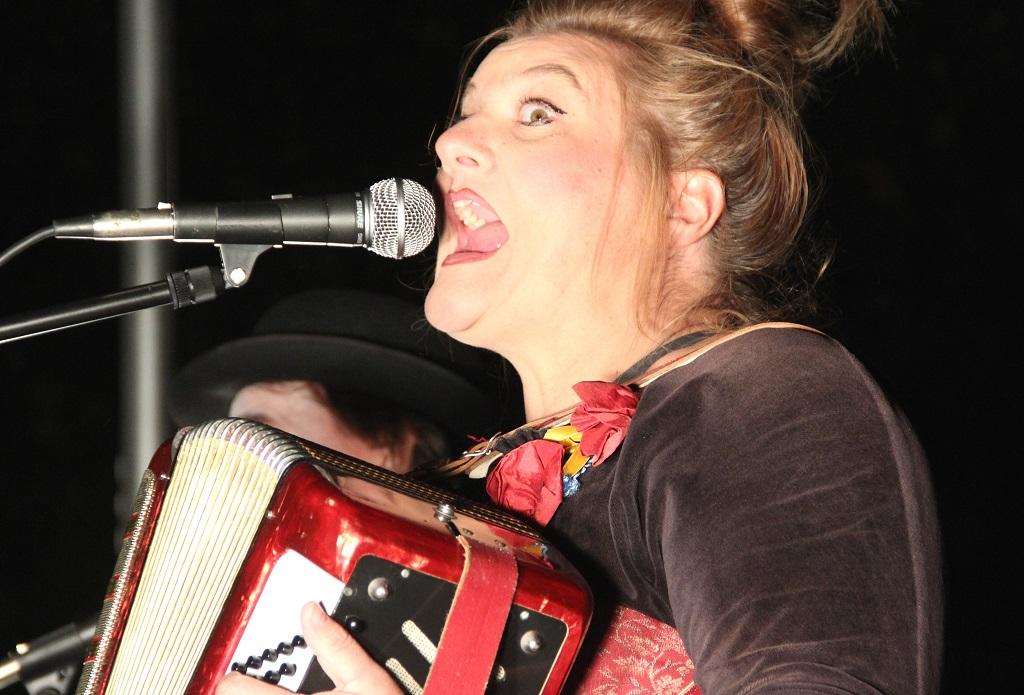 Gute Stimmung auf der Bühne am Walder Kirchplatz: The Bombasticos vereinten Clownerie mit Musik und begeisterten ihr Publikum. (Foto: B. Glumm)