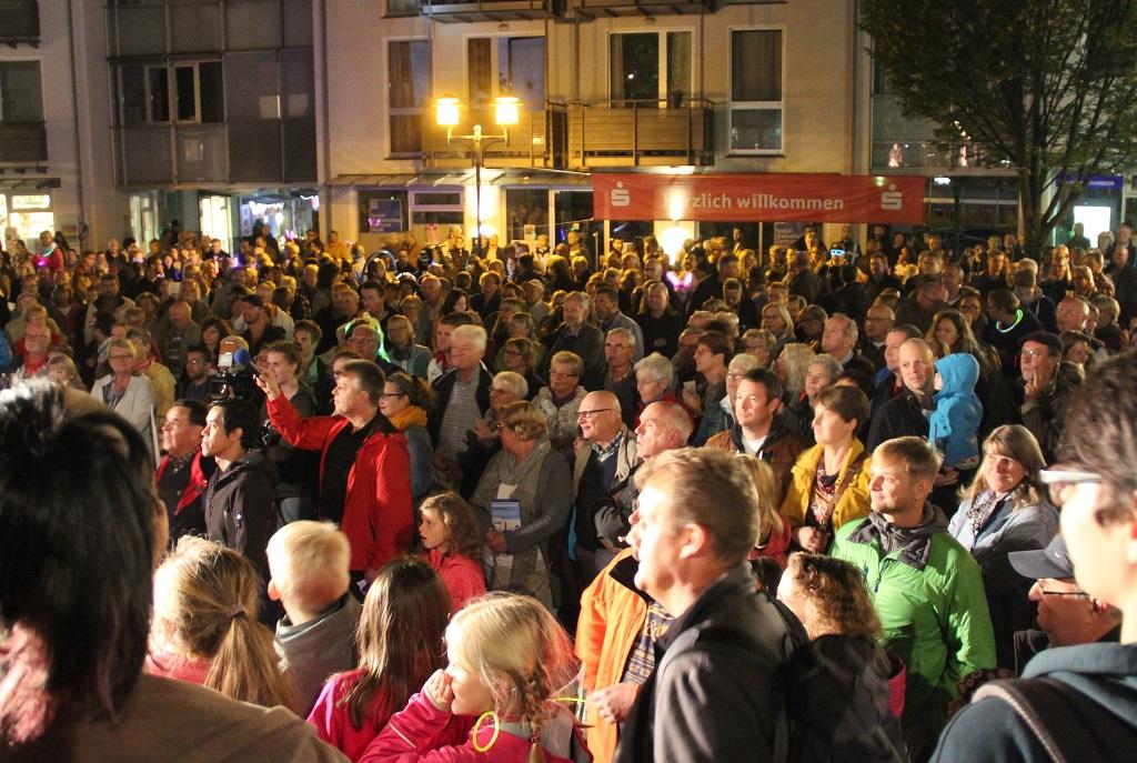 Bereits am frühen Abend war der Walder Kirchplatz brechend voll. Um kurz nach 20 Uhr wurde die Friedrich-Ebert-Straße gesperrt und für Fußgänger freigegeben. (Foto: B. Glumm)