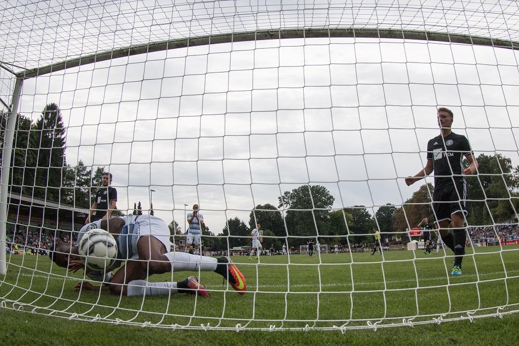 Kingsley Onuegbu vom MSV Duisburg schenkt hier dem Post SV Solingen zum vierten Mal am Freitagabend ein. Drei weitere Treffer sollten noch folgen. (Foto: SolingenMagazin)