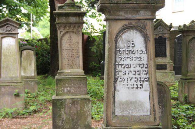 Der jüdische Friedhof ist ein eindrucksvolles Zeugnis jüdischer Kultur in Solingen. Die Grabsteine sind teils in hebräischer und teils in deutscher Sprache. (Archivfoto: © Bastian Glumm)