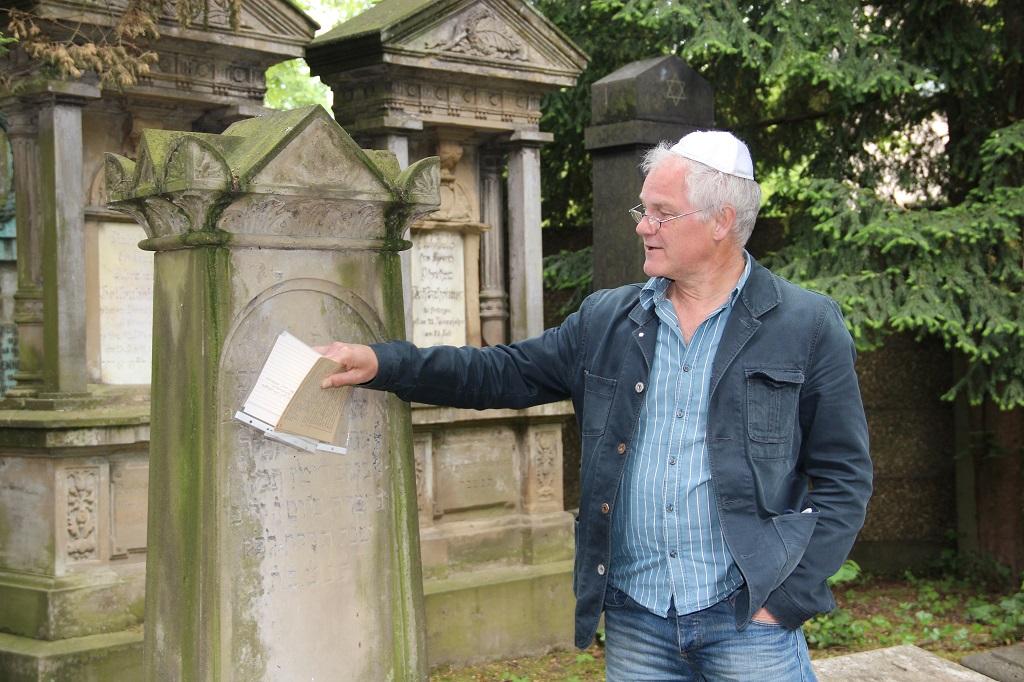 Hinter jedem Grabstein steckt eine Geschichte. Michael Sandmöller (li.), Lehrer an der Alexander-Coppel-Gesamtschule, weiss einige davon zu erzählen. (Archivfoto: B. Glumm)