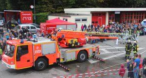 Am Sonntag öffnete die Feuerwehr Solingen dieTüren und Tore der Ffeuer- und Rettungswache III in Wald. Zahlreiche BEsucher kamen und schauten den Profis über die Schulter. (Foto: B. Glumm)