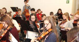 """Gaben am Freitagvormittag im Rathaus eine Kostprobe ihres Könnens: Die """"Jungen Symphoniker"""" aus St. Petersburg sind zu Besuch in der Klingenstadt. (Foto: B. Glumm)"""