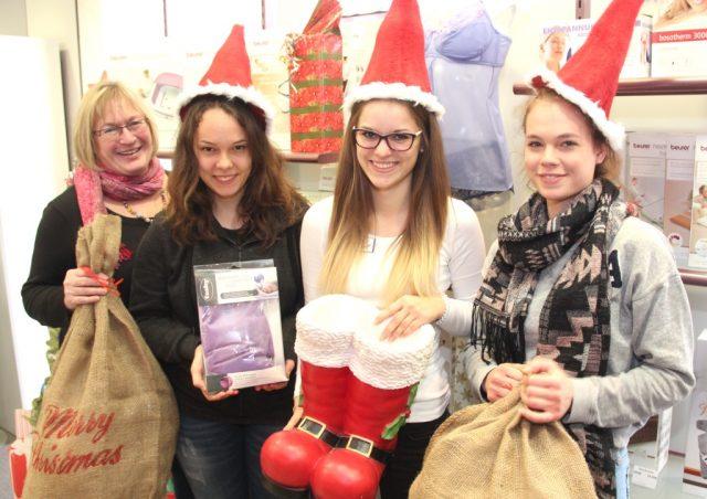 Weihnachtszeit ist auch im Sanitätshaus Köppchen Geschenkezeit. Mit Beginn der Adventszeit haben sich deshalb (v.li.) Frauke König, Celine Gatawetzki-Köppchen, Annika Krummenöhl und Auszubildende Lisa Mai haben sich weihnachtlich herausgeputzt. (Foto: B. Glumm)