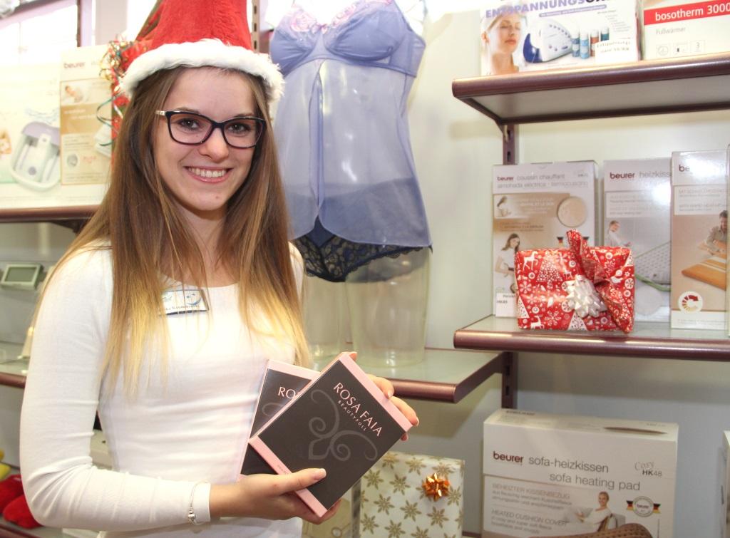 Ein ganz besonderes Weihnachtsgeschenk füpr die Damen hat Annika Krummenöhl parat. Denn auch moderne Miederware gibt es im Sanitätshaus Köppchen. (Foto: B. Glumm)