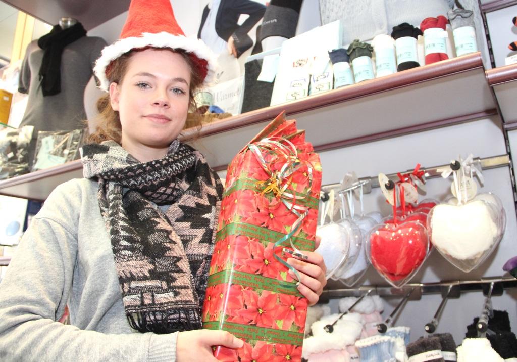 Eine große Auswahl an gesundenWeihnachtsgeschenken finden die BEsucher des Sanitätshauses Köppchen noch bis zum 23. Dezember. Auszubildende Lisa Mai hat ihr Geschenk sogar schon verpackt. (Foto: B. Glumm)