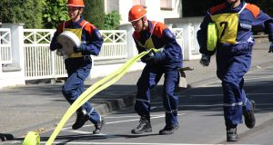 75 Sekunden hat die jungen Leute Zeit, eine 120 Meter lange C-Rohrleitungs zu verlegen. Hier zeigen die Angehörigen der Jugendfeuerwehr Rommerskirchen ihr Können. (Foto: B. Glumm)