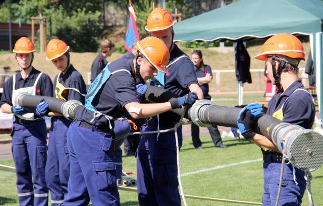 In fünf Disziplinen musste der Feuerwehr-Nachwuchs sein Können zeigen. Wertungsrichter schauten den jungen Leuten dabei über die Schulter. Hier bereiten Angehörige der Jugendfeuerwehr Leverkusen einen Löschangriff vor. (Ffoto: B. Glumm)