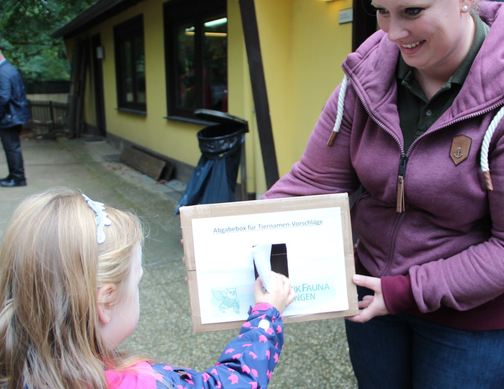 Chrsitna Farke, zoologische Leiterin der Fauna, sammeltze am Montag auch persönlich die Zettel mit den Namensvorschlägen ein. Und viele Kinder machten mit. (Foto: B. Glumm)