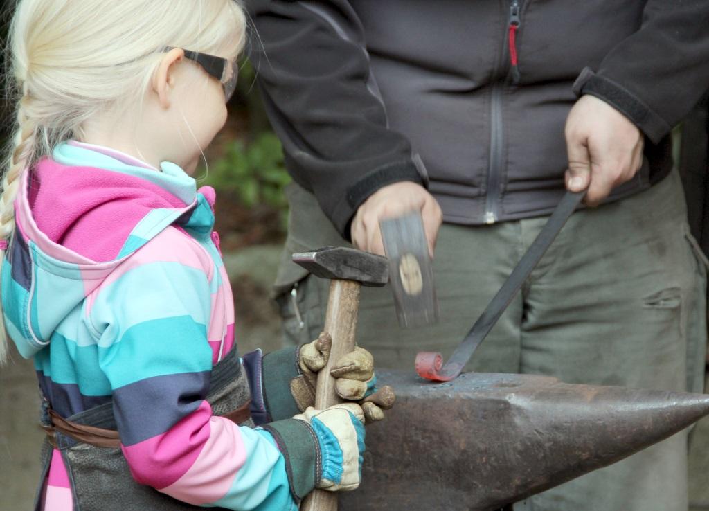 Am Montag hatten Kinder die Gelegenheit, in der Fauna kleine Gegenstände zu schmieden. Dazu ludt Schmied Patrick ein. (Foto: B. Glumm)