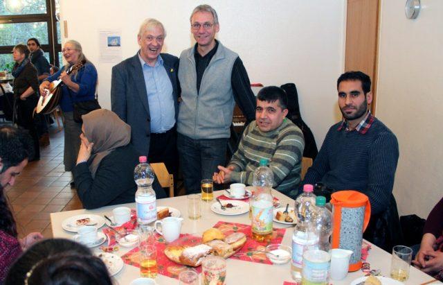 Gemeinsam mit seinen Schützlingen genoss Reinhard Burski (hi.li.) am Samstag die Weihnachtsfeier im Gemeindezentrum der Evangelischen Kirche an der Zwinglistraße. (Foto: B. Glumm)