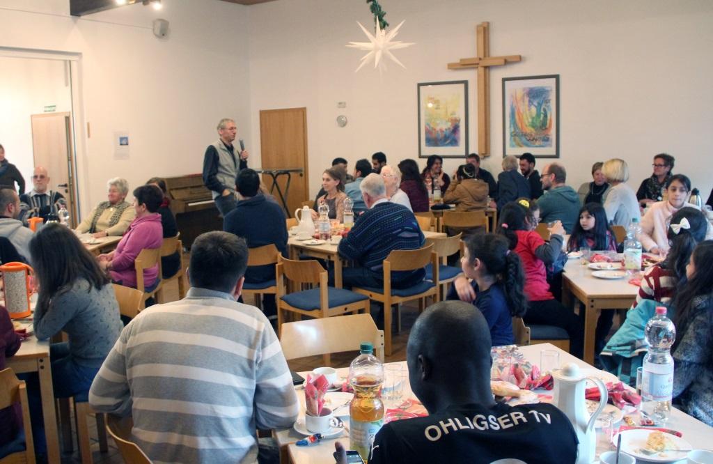 """Über 80 Besucher kamen auf Einladung von """"Gräfrath hilft"""" in den Saal des Gemeindezntrums, um ein poaar schöne Stunden zu verleben und die Adventszeit zu genießen. (Foto: B. Glumm)"""