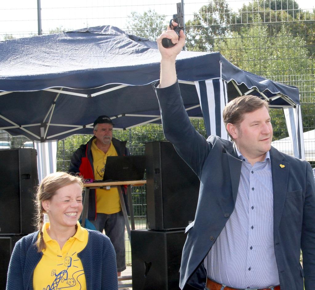 Nicht erschrecken! Den Startschuss zum diesjährigen Miss-Zöpfchen-Lauf gab am Sonntagmorgen Schirmherr und Oberbrürgermeister Tim Kurzbach ab. (Foto: B. Glumm)
