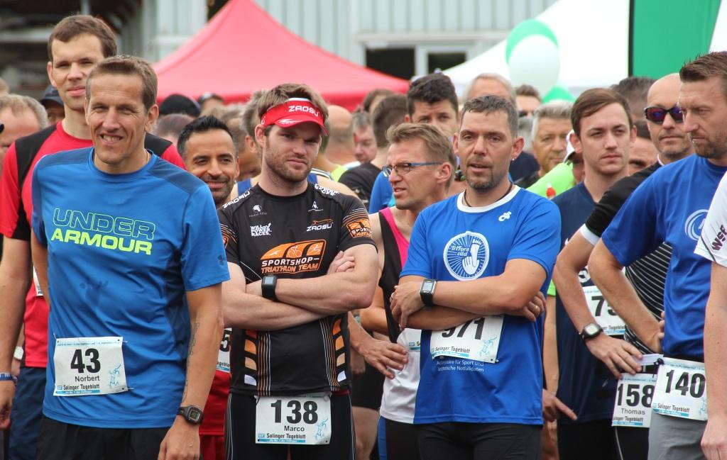 Die letzten Minuten vor dem Start des Halbmarathons. Über 1.000 Läuferinnen und Läufer haben sich bereits im Vorfeld für die Veranstaltung angemeldet. (Foto: B. Glumm)