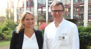Dr. Manuela Seifert hat am 1. Oktober die Leitung über die Abteilung für Senologie / Brustklinik innerhalb der Klinik für Frauenheilkunde und Geburtshilfe am Städtischen Klinikum übernommen. Dr. Sebastian Hentsch, Chefarzt der Klinik für Frauenheilkunde und Geburtshilfe, freut sich über die Verstärkung. (Foto: B. Glumm)