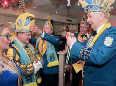 Der Moment der Wahrheit: Schnell noch die Mütze richten, dann kann Prinzengarde-Präsident Joachim Junker auf dem 20. Ordenskommers der Gesellschaft auch dem Solinger Prinzenpaar (Danny I. und Jochen I.) den Orden verleihen. (Foto: B. Glumm)