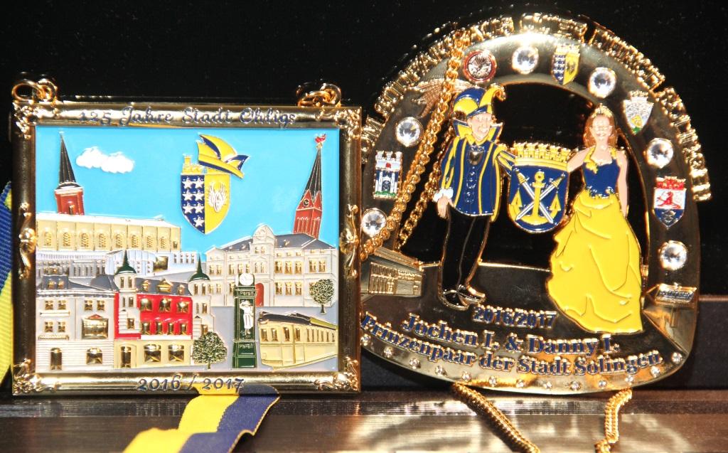 """Der Orden der Prinzengarde (li.) nimmt sich dem Thema """"125 Jahre Ohligs"""" an und zeigt markante Gebäude des Stadtteils. """"Vom Südpark aus quer durch Solingen"""" geht es mit dem Orden des Prinzenpaars. (Foto: B. Glumm)"""