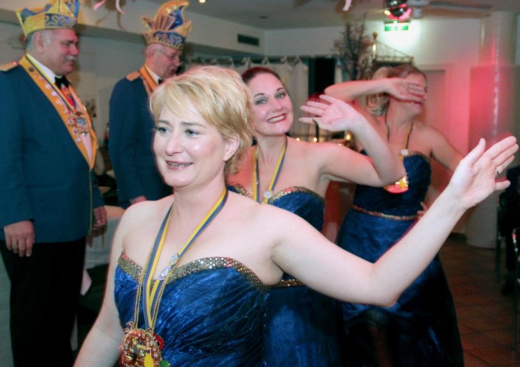 Wenn man schon einmarschiert, dann auch bitte ein feierlicher Ausmarsch. Der Hofstaat des Solinger Prinzenpaares ließ sich am Samstagabend nicht lange bitten. (Foto: B. Glumm)