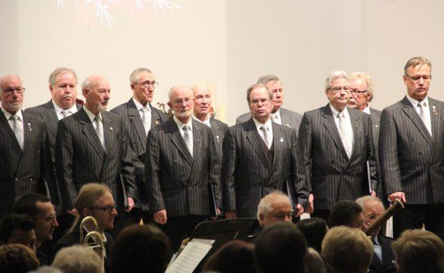 Am Samstag gab es in der stadtkriche ein ganz besonderes Konzert. Zwei Chöre und ein Orchester, Bürgerschaft und Polizei, begeisterten ihr Publikum in einer bestens besuchten Stadtkirche. (Foto: B. Glumm)