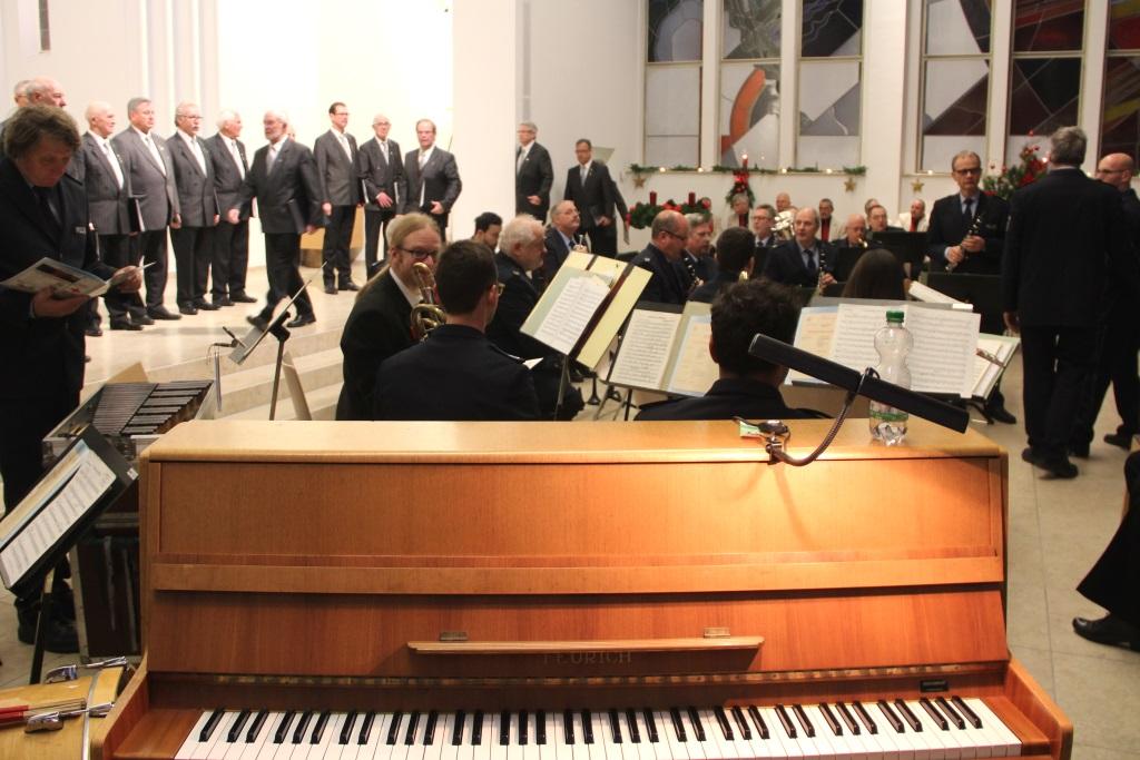Präsentiert wurde ein weihnachtlich-adventliches Programm. Das musikalische Zusammenspiel von Polizei und Bürgerschaft soll auch Vertrauen schaffen und das Gemeinsame unterstreichen. (Foto: B. Glumm)
