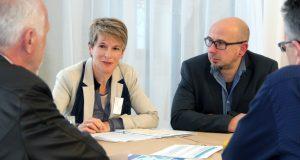 """Ariane Bischoff vom Büro für nachhaltige Entwicklung der Stadt Solingen tauschte sich beim dritten Netzwerkstreffen """"Global nachhaltige Kommune"""" mit Vertreterinnen und Vertretern aus Kommunen aus ganz NRW aus. (Foto: B. Glumm)"""