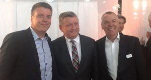 Privatdozent Dr. Ralf Buhl, Bundesgesundheitsminister Hermann Gröhe (CDU) und Prof. Dr. Peter J. Heering (v.li.n.re.). (Foto Klinikum Solingen)