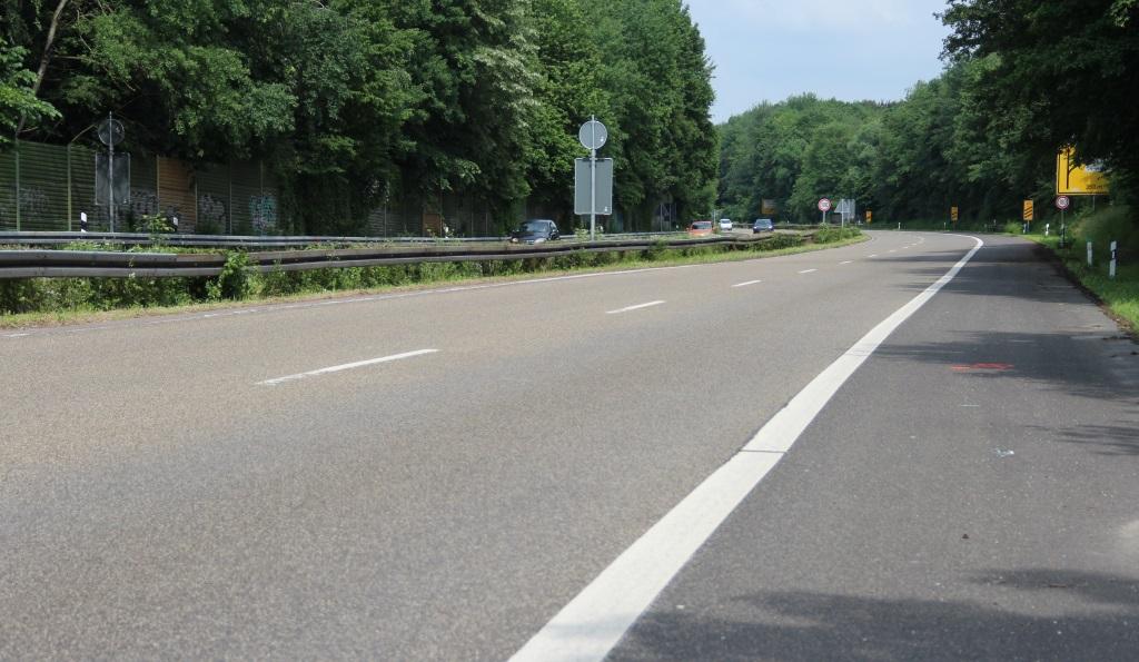 Die Viehbachtalstraße kurz vor Beginn der Bauarbeiten im Juni. Inzwischen befindet sich dort eine tiefe Baugrube und der Verkehr wird in beide Fahrtrichtungen jeweils einspurig geleitet. (Foto: B. Glumm)