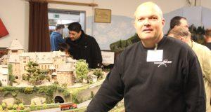 """Jörg Köhler ist im Vorstand der Eisenbahnfreunde Solingen und Gründungsmitglied des Verein. Er ist vom """"Bazillus Modelleisenbahn"""" infiziert, wie er selbst sagt. Und das schon seit 40 Jahren. (Foto: B. Glumm)"""