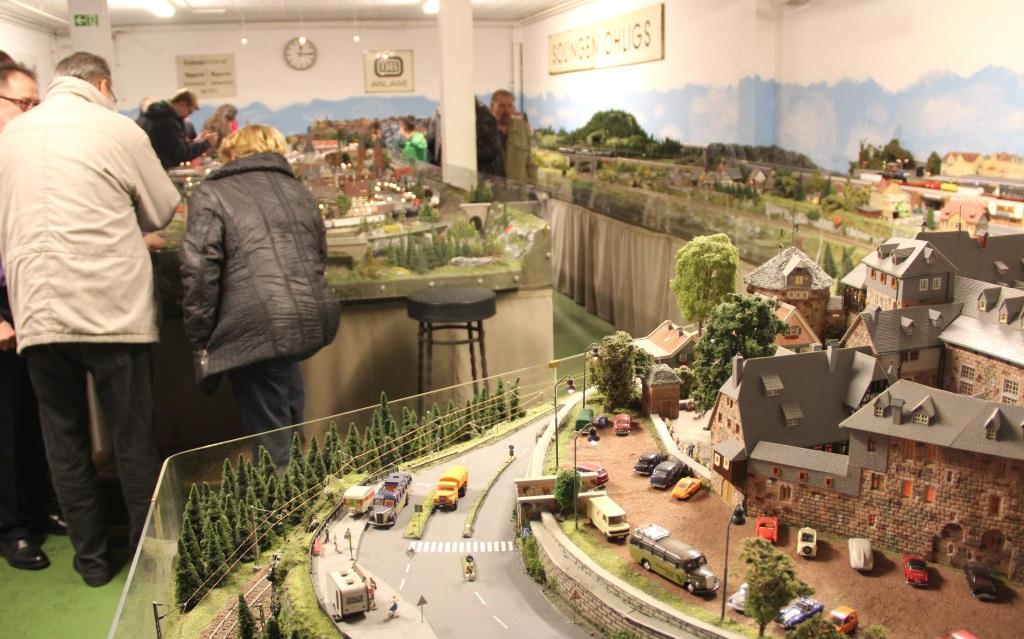 Anders als bei anderen Anlagen wie jener in Hamburg, haben die Modellbauanlagen in Solingen kein direktes Stadtbild als Vorbild. Es handelt sich um Fantasie-Landschaften mit markanten Solinger Sehenswürdigkeiten. Im Vordergrund ist Schloss Burg zu sehen. (Foto: B. Glumm)