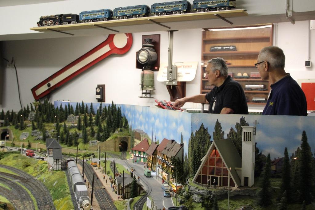 """Von einem Leitstand aus halten diese beiden Eisenbahnfreunde die Anlage der """"Spur 0"""" im Auge und koordinieren die Züge. (Foto: B. Glumm)"""