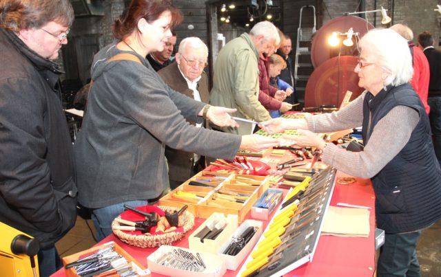 Auf dem 16. MesserGabelScherenMarkt im Industriemuseum war am Wochenende einiges los. Die vielen Besucher nutzten die Gelegenheit, qualitativ hochwertige Solinger Qualitätsware zu recht günstigen Preisen zu erstehen. (Foto: B. Glumm)