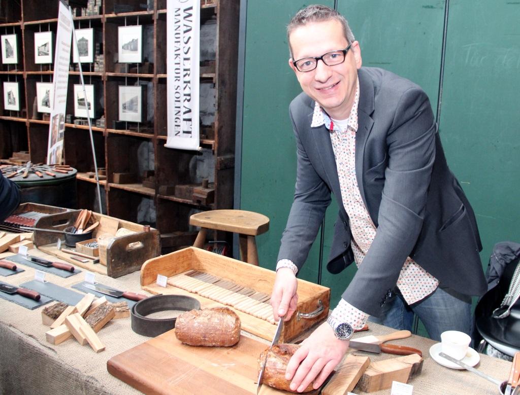 Ralf Jahn fertigt sein Kochmesser in seiner Wasserkrafft Manufaktur im Wipperkotten. Dem Messerexperten ist die tradionelle Solinger Herstellungsart sehr wichtig. (Foto: B. Glumm)