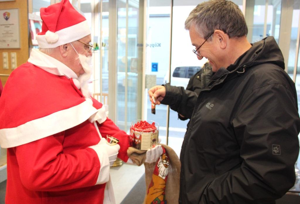 Da staunte so mancher Kunde nicht schlecht, als er am Dienstag im Sanitätshaus Köppchen vom Nikolaus empfangen wurde. Und es gab auch was zu Nachen. (Foto: B. Glumm)