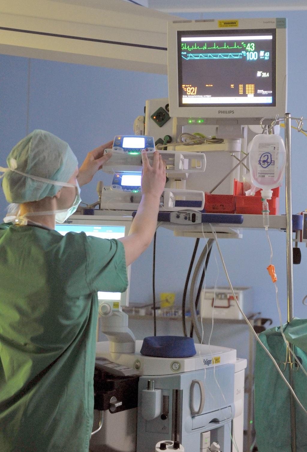 Punktlandung erwünscht: Im OP kommt es auf die genaueste Medikamentendosierung an. (Foto: Thomas Götz)