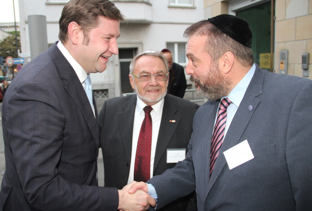LLeonid Goldberg (mi.) und Artour Gourari (re.) vom Vorstand der Jüdischen Kultusgemeinde Wuppertal begrüßen Oberbürgermeister Tim Kurzbach in der Bergischen Synagoge. Gefeiert wurde Rosch Haschana, das jüdische Neujahrsfest. (Foto: B. Glumm)