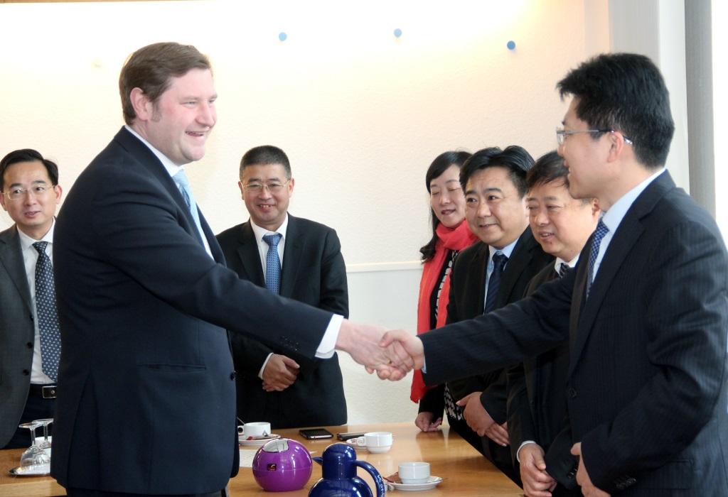 Auch ein Kurzbesuch im Rathaus stand auf dem Programm der chinesischen Gäste am Mittwoch. Oberbürgermeister Tim Kurzbach begrüßt hier die Gruppe um Bürgermeister Junjie Cao. (Foto: B. Glumm)