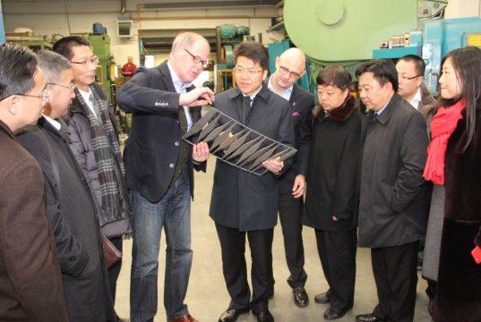 Am Mittwochnachmittag besuchte die Delegation aus Luzhou in China doie Firma Carl Mertens an der Schaberger Straße. Geschäftsführer Curt Mertens erklärte die Finessen der Stahlwarenproduktion. (Foto: B. Glumm)