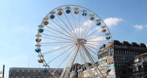 Ist bereits fertig aufgebaut und garantiert einen Panoramablick weit über Solingens Stadgrenzen hinaus: Das Riesenrad auf dem Neumarkt. (Foto: B. Glumm)
