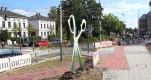 """Der pflasterte Fußweg an der Konrad-Adenauer-Straße ist ein gutes Stück in Richtung Theater """"gewandert"""". Fußgänger und Radfahrer haben in diesem Bereich nun deutlich mehr Platz. (Foto: B. Glumm)"""