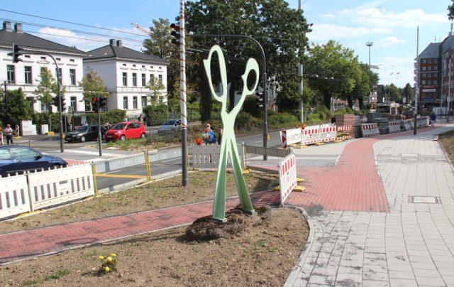 Der pflasterte Fußweg an der Konrad-Adenauer-Straße ist ein gutes Stück in Richtung Theater
