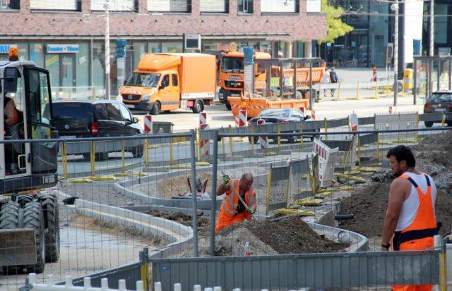 Die Bauarabeiten an der Konrad-Adenauer-Straße gehen derweil auf Hochtouren weiter. (Foto: B. Glumm)
