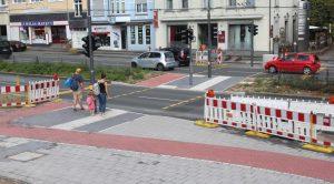 Die neue Fußgängerampel an der Konrad-Adenauer-Straße ist gut frequentiert. Die befürchteten Staus aufgrund der Rotphasen blieben bislang aus. (Foto: B. Glumm)