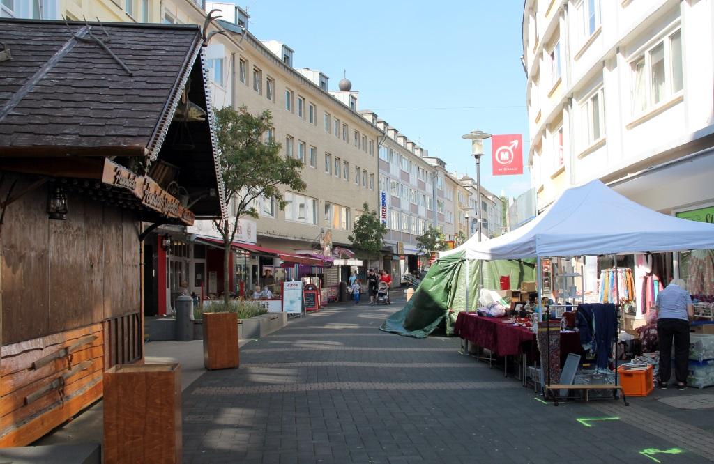 Auf der Haupstraße wurde am Donnerstag noch fleissig aufgebaut, sortiert und in Form gebracht. Offiziell startet der Zöppkesmarkt am Freitag, 15 Uhr. (Foto: B. Glumm)