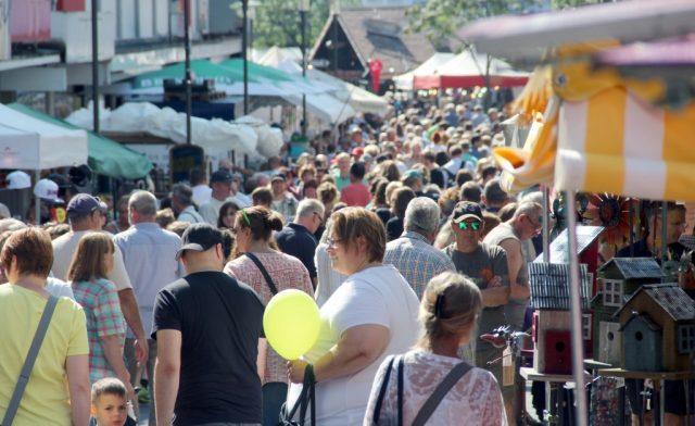 Im kommenden Jahr wird es in Solingen wieder zahlreiche Trödelmärkte geben. Veranstalter können sich dafür bis zum 30. November bei der Stadtverwaltung bewerben. (Archivfoto: B. Glumm)
