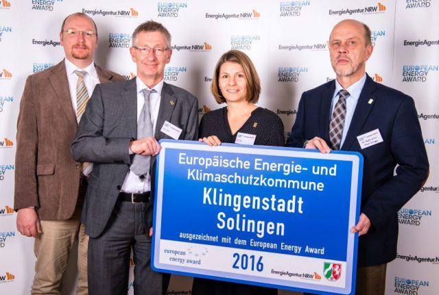 Solingen wurde zum fünften Mal mit dem European Energy Award ausgezeichnet. Den Preis nahmen am Mittwoch (v.li.) Rainer Eberhard vom Gebäudemanagement der Stadt Solingen, Peter Vorkötter und Birte Viétor von der Umweltplanung sowie Stadtdirektor Hartmut Hoferichter entgegen. (Foto: © Thomas Mohn / European Energy Award)