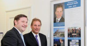 Ist seit Freitagvormittag nun auch mit einem Porträtbild in der Ahnenreihe der Solinger Oberbürgermeister vertreten: Norbert Feith (CDU, re.), der das Amt von 2009 bis 2015 inne hatte. (Foto: B. Glumm)