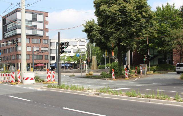 Im Rahmen der Umbaumaßnahmen der Konrad-Adenauer-Straße wird auch die Einmündung zur Merianstraße platzähnlich umgestaltet. Zeitweise wird diese deshalb zur Sackgasse. (Archivfoto: © B. Glumm)