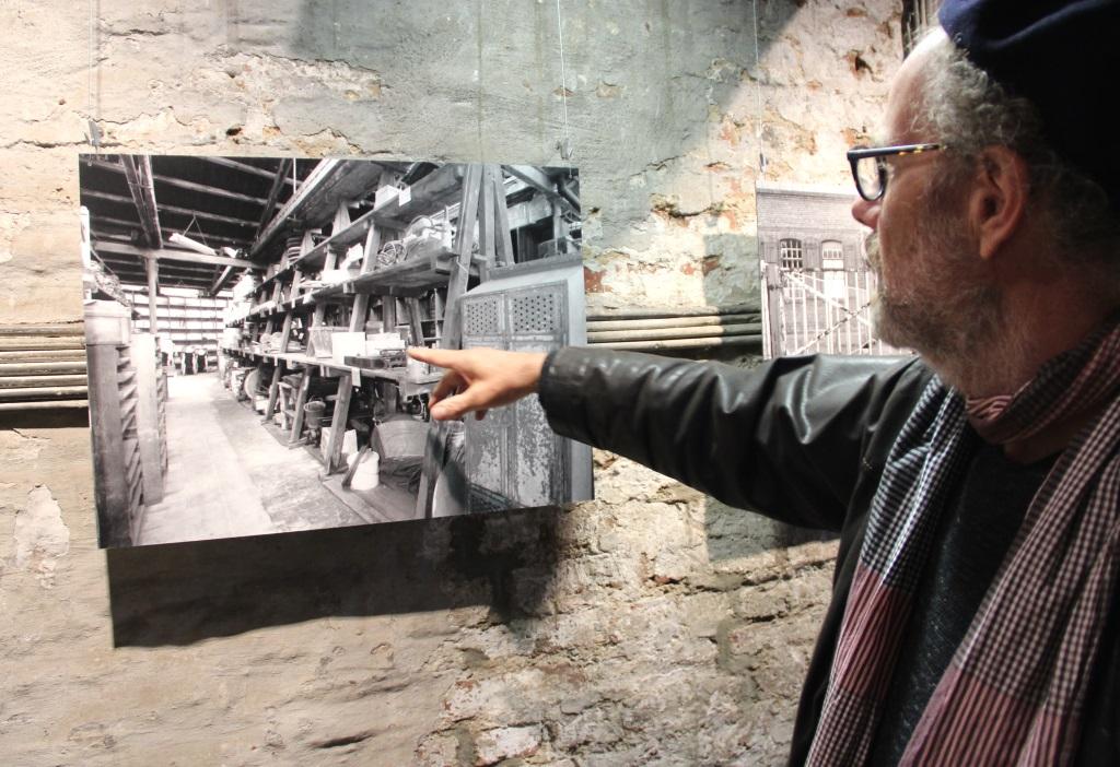 Hinter jeder der Fotografien steckt eine GEschichte. Museumsleiter Dr. Jochem Putsch kann derer einige erzählen. (Foto: B. Glumm)